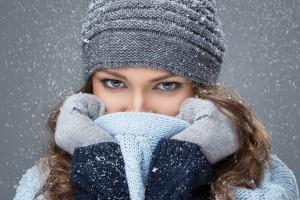 Illustration d'une femme se protégeant du froid